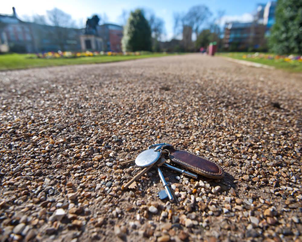 Borttappade nycklar på gångstig